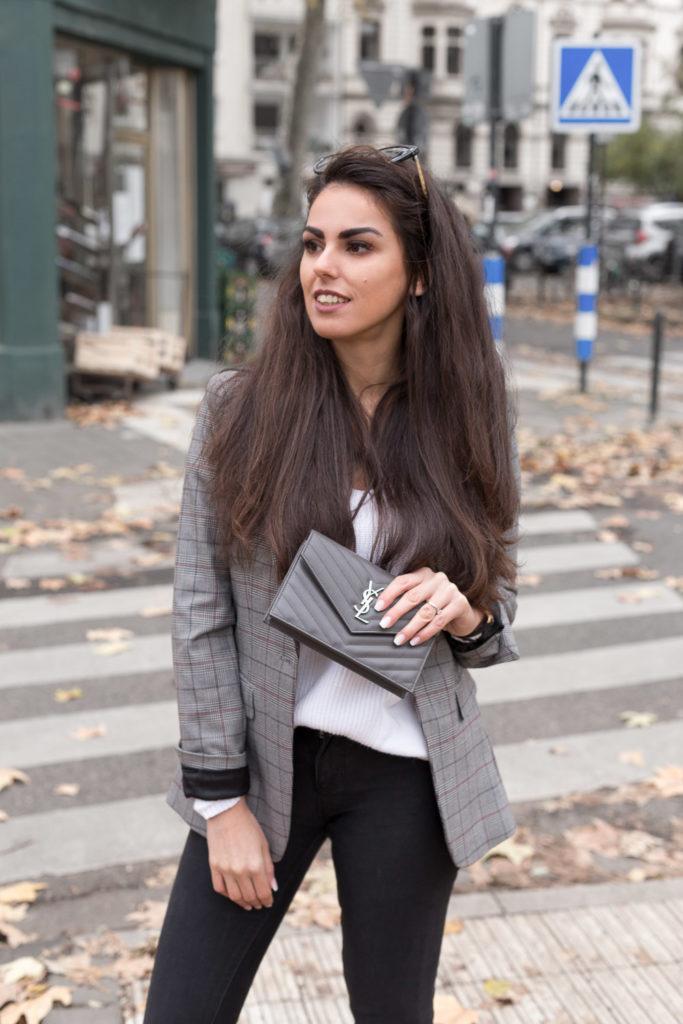 Handtasche Tasche Mieten YSL Saint Laurent Herbstoutfit neutral clutch grau Rebecca Garcia