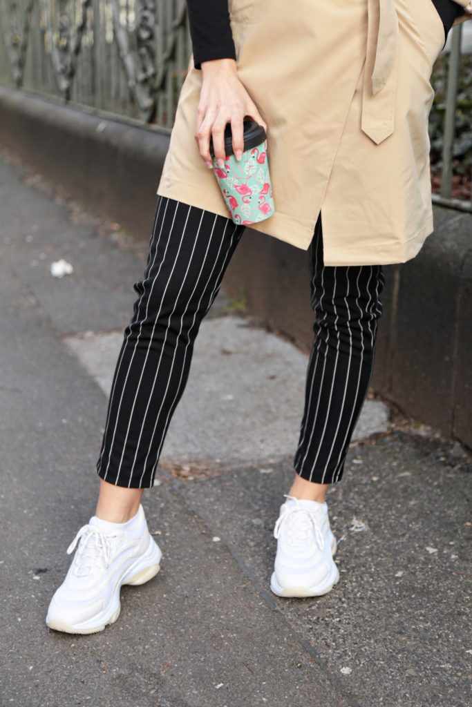 trenchcoat chic sporty beige burberry pinstripe fashion mode sneaker