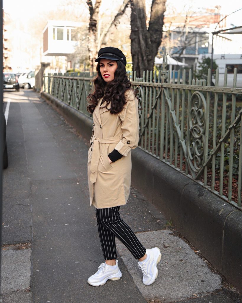 trenchcoat chic sporty beige burberry pinstripe fashion mode sneaker bakerboy