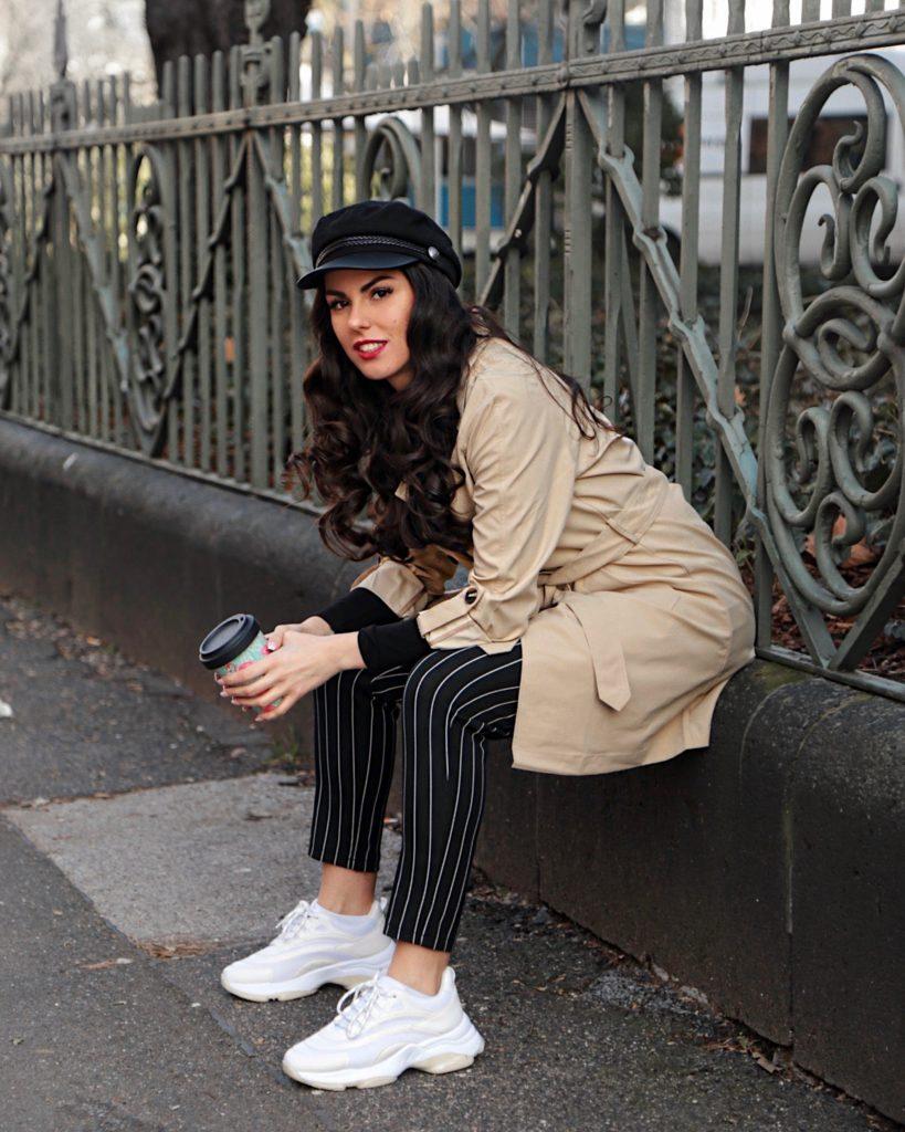 trenchcoat chic sporty beige burberry pinstripe fashion mode sneaker coffee break