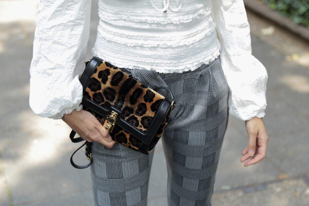 animal print Tasche mit weißer Bluse und Glencheck Hose
