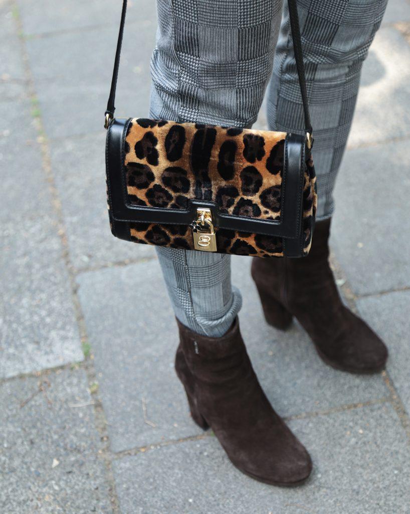 Animal Print Tasche mit braunen Boots und Glencheck Hose