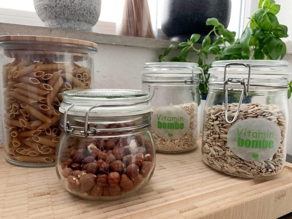 Plastik vermeiden durch Glasbehälter, hier mit Nudeln, Nüssen, Haferflocken und Kernen