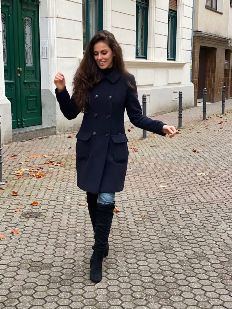 Blauer Mantel für einen casual Herbstlook