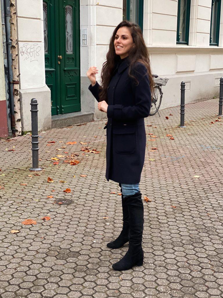 Rebecca Garcia mit Blaue Mantel und coolen Boots für einen casual Herbstlook bzw. Winterlook